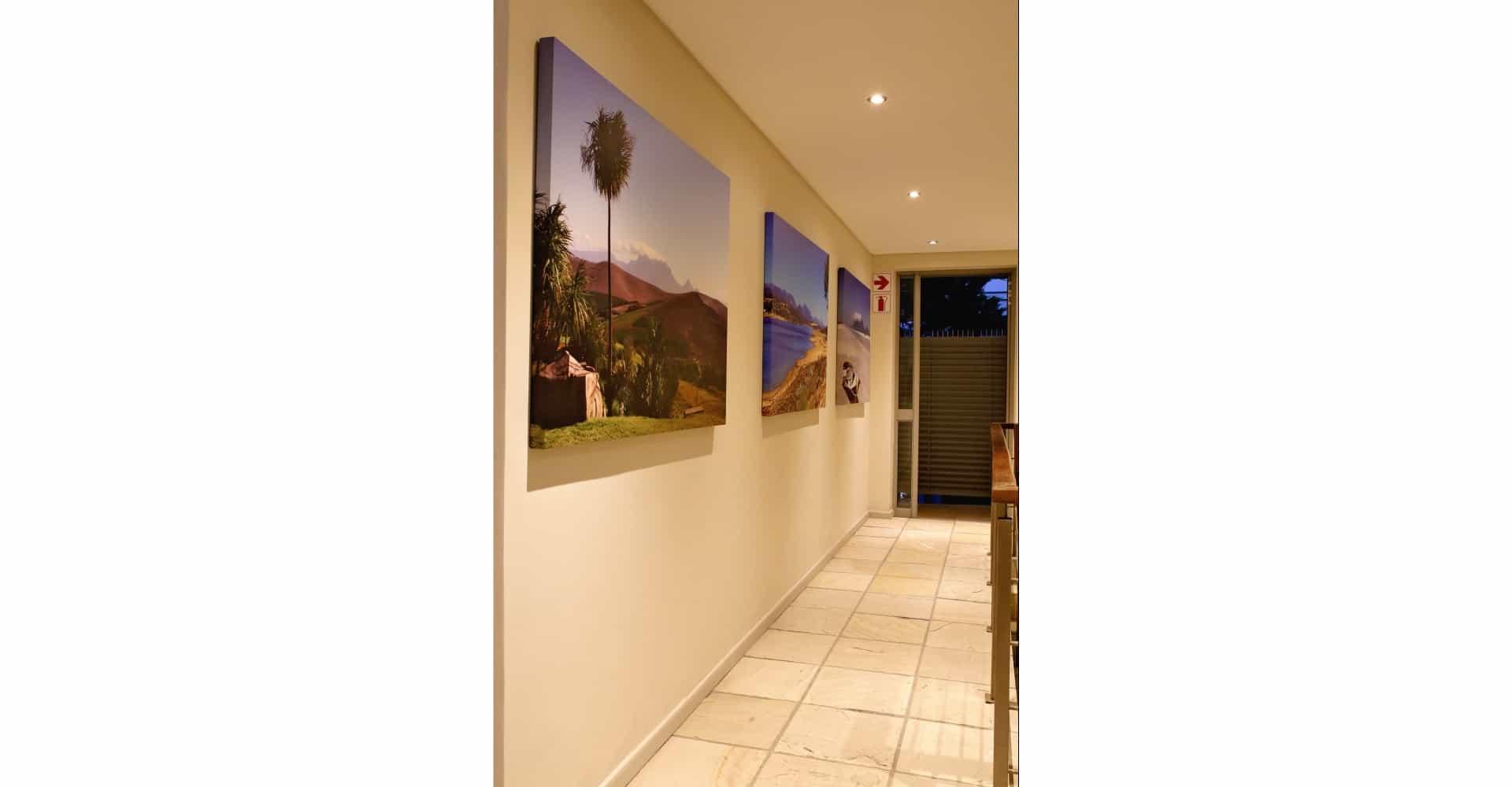 Flur und Bildergalerie im Gästehaus - guesthouse hall with pictures