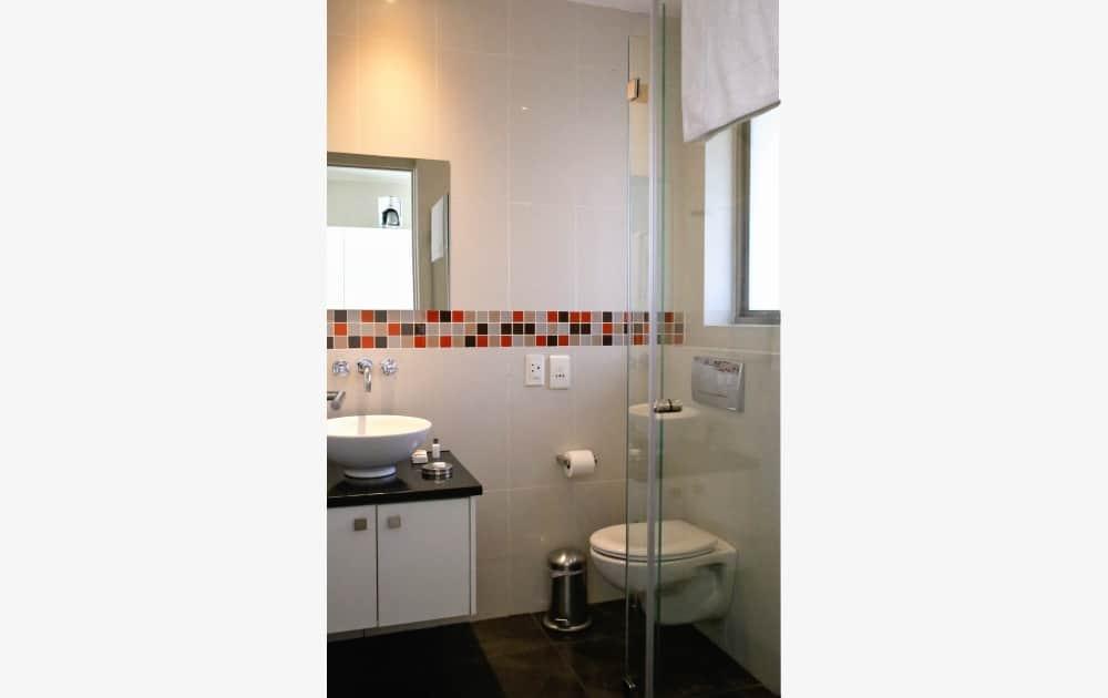 Badezimmer mit Dusche im Appartement - bathroom with shower in apartment